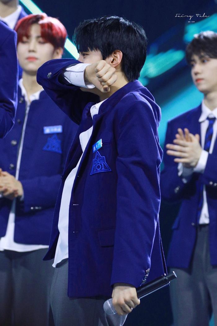 Lee Jin Hyuk không thể kìm chế cảm xúc.