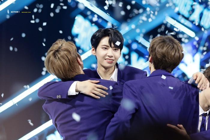 Chia sẻ niềm vui vào cuối chương trình với Lee Han Kyul và Kim Woo Seok.