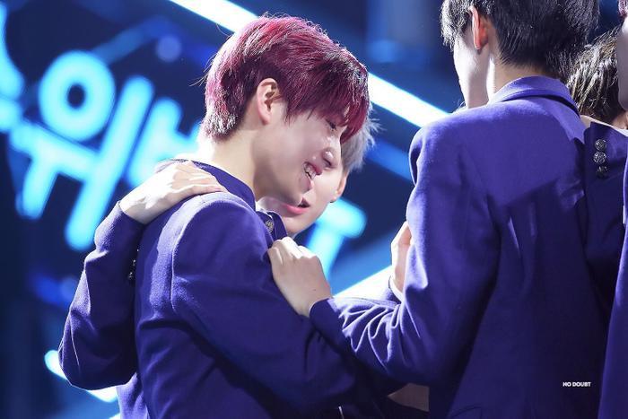 100 khoảnh khắc khóc cạn nước mắt của các thực tập sinh tại đêm chung kết Produce X 101 ảnh 53