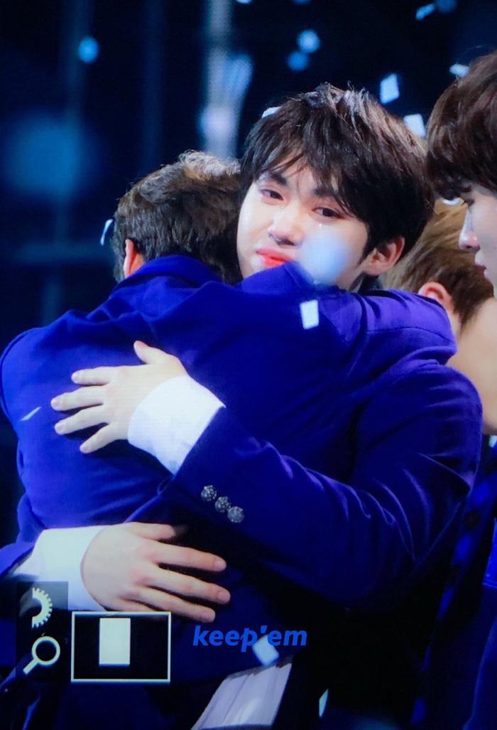 100 khoảnh khắc khóc cạn nước mắt của các thực tập sinh tại đêm chung kết Produce X 101 ảnh 43