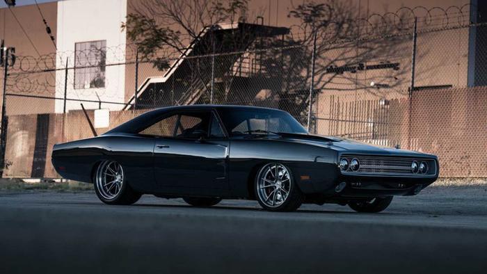 Dựa trên cơ sở mẫu xe cơ bắp cổ Dodge Charger đời 1970 từng xuất hiện rất nhiều trong các bộ phim Mỹ, SpeedKore đã chế tạo lại gần hết các chi tiết trên xe. Bản độ này có thể sánh ngang với những hypercar hàng đầu thế giới hiện nay. (Ảnh: Motor1)