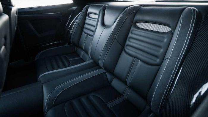 Hàng ghế sau với thiết kế sang trọng cho 2 người.(Ảnh: Motor1)
