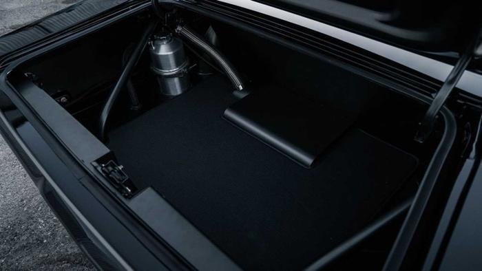 Thậm chí khoang hành lý cũng được bọc trong da thượng hạng, chi tiết chỉ những siêu xe hàng đầu thế giới mới được chú trọng.(Ảnh: Motor1)