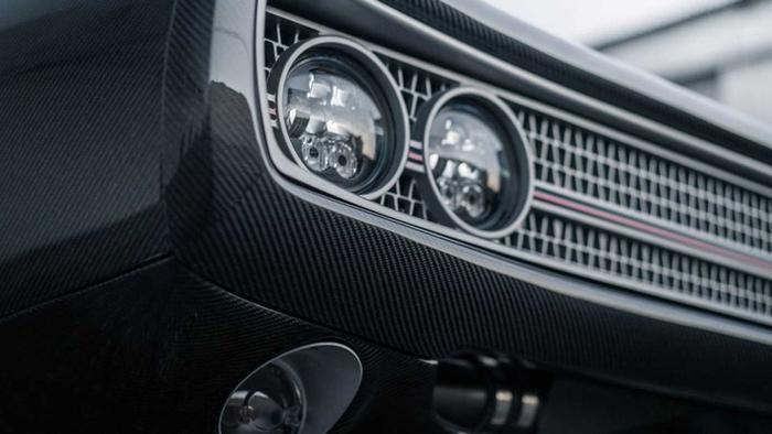Toàn bộ mọi panel thân vỏ của chiếc xe đã được SpeedKore chế tạo lại bằng sợi carbon siêu nhẹ, trong khi những chi tiết còn lại như lưới tản nhiệt và viền xung quanh đèn hậu là nhôm CNC.(Ảnh: Motor1)