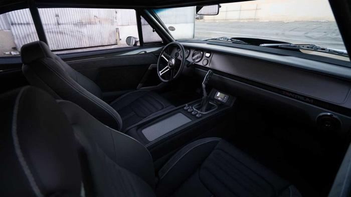 Cabin bên trong cũng được cấu thành từ các chất liệu đắt tiền như Alcantara, da và đương nhiên là cả sợi carbon.(Ảnh: Motor1)