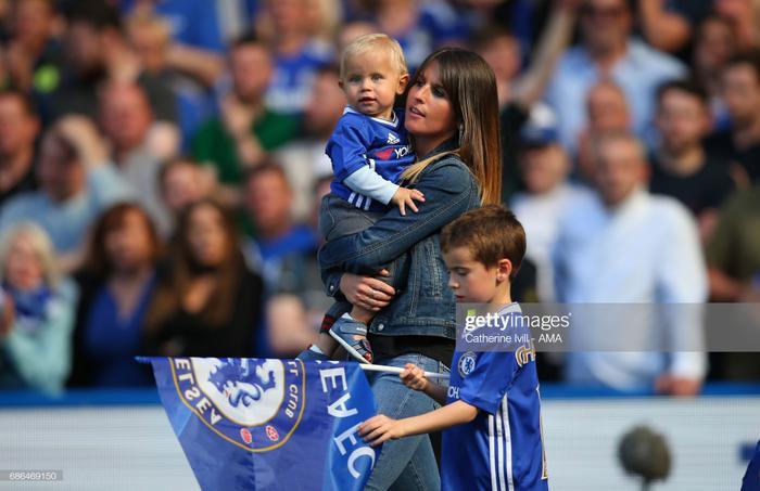 Eden Hazard nổi tiếng với tính giản dị đến khó tin. Tân binh 100 triệu Euro của Real Madrid rất ít khi khoe cô vợ Natacha Van Honacker của mình trước giới truyền thông.
