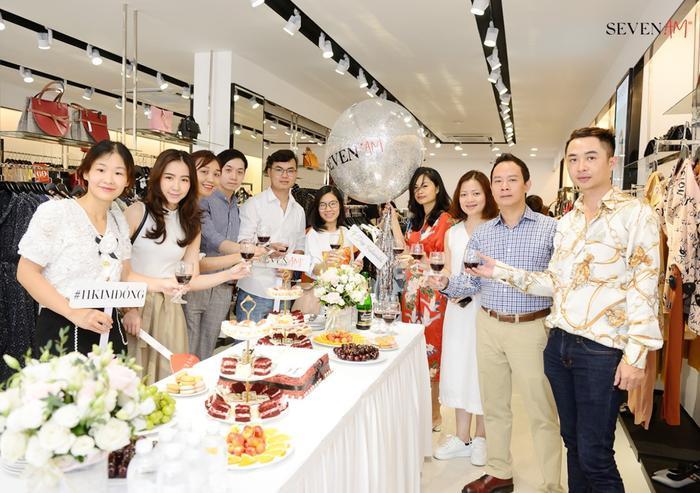 Các khách mời tới chia vui cùng sự kiện khai trương.