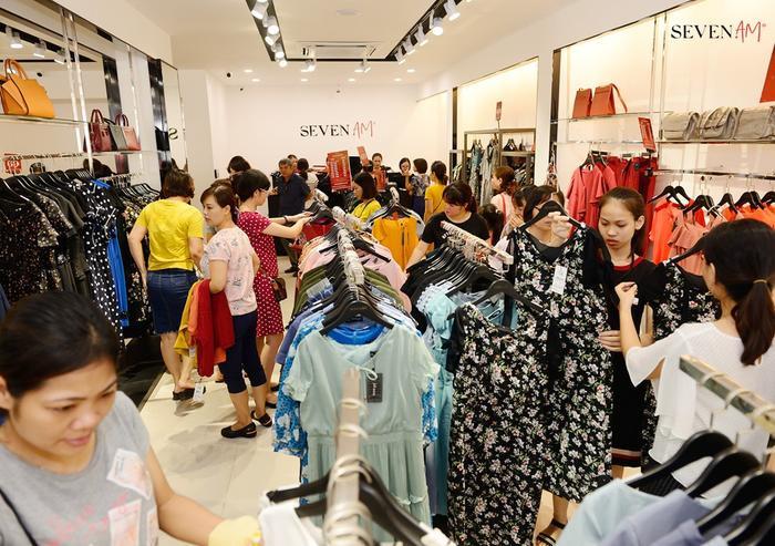 Đông đảo khách hàng tới tham quan mua sắm, tận hưởng ưu đãi trong dịp khai trương.