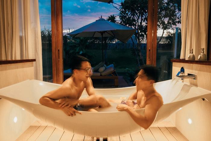 Vợ chồng adrian Anh Tuấn - Sơn Đoàn tình tư trong bồn tắm.