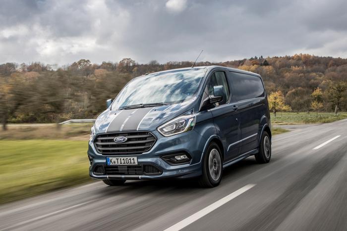 Ford Tourneo Custom 2019 dự kiến bán ra tại Việt Nam từ tháng 10/2019 với giá bán dự kiến từ 1 - 1,2 tỷ đồng.