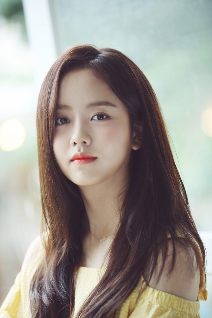 Kim So Hyun và bạn diễn mỹ nam nhìn nhau đắm đuối trong hình ảnh đầu tiên của drama sắp lên sóng Love Alarm ảnh 2