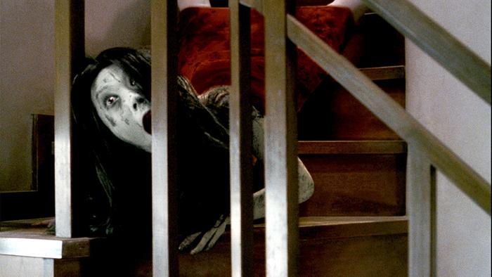 Kayako từng khiến khán giả gặp ác mộng khi bò từ cầu thang xuống.
