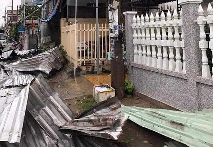 Hàng trăm căn nhà ở miền Tây bị sập và tốc mái trong mưa giông chiều 23/7. (Ảnh: VTC News).
