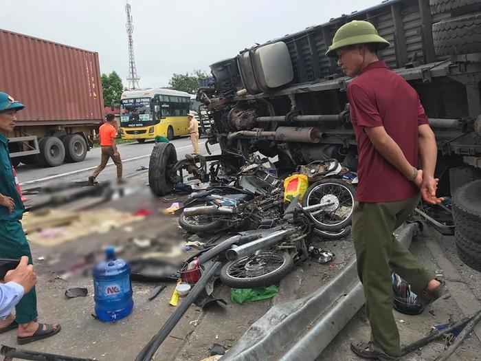 Nhiều xe máy bị đè nát.
