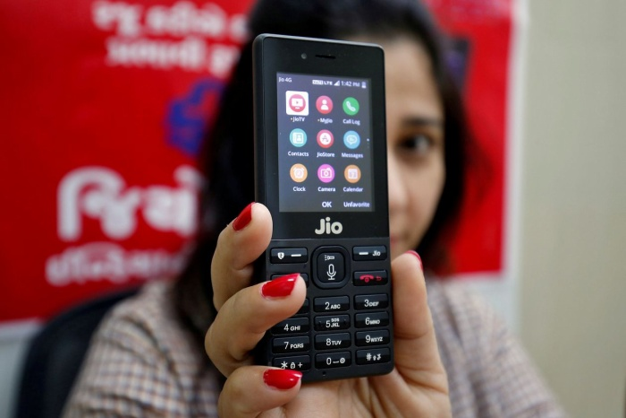 Một chiếc JioPhone tại cửa hàng ở ngoại ô Ahmedabad, Ấn Độ. (Ảnh: Reuters)