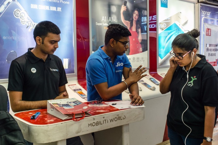 Một cửa hàng Reliance Jio tại Ấn Độ. (Anh: Bloomberg)