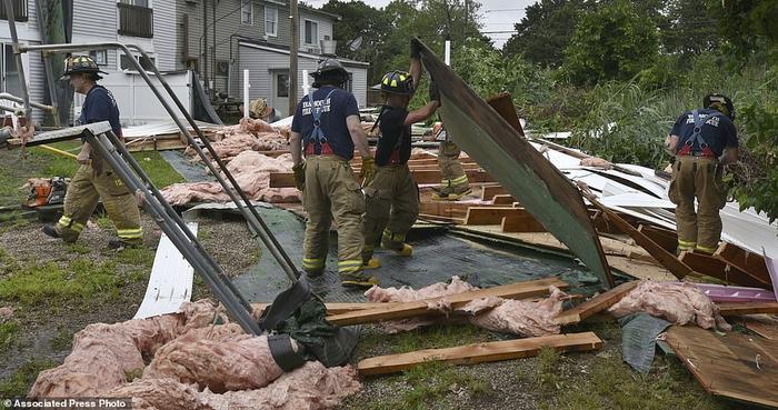 Đội cứu hộ khắc phục thiệt hại sau cơn lốc xoáy dữ tợn.