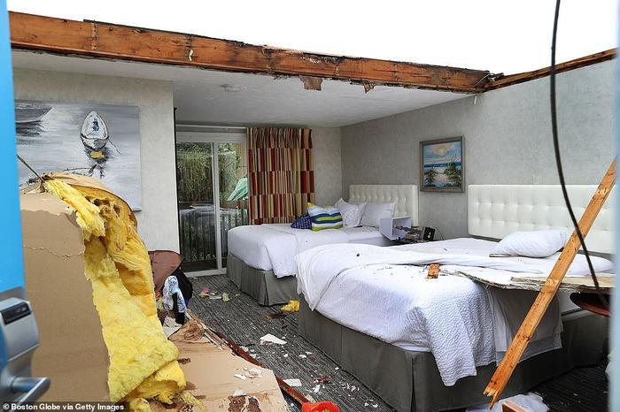 Phòng khách tầng 2 của khách sạnCape Sands Inn hư hại.