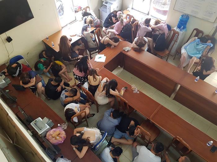 Hơn 200 dân chơi phê ma tuý tại vũ trường ăn chơi nổi tiếng Sài Gòn bị đưa về trụ sở công an – (Ảnh: Vietnamdaily).