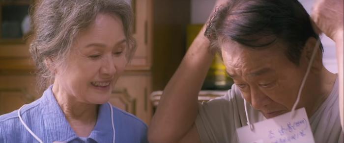 """2 ông bà đeo cho nhau tấm bảng """"Bệnh nhân mất trí nhớ, xin gọi về số….."""""""