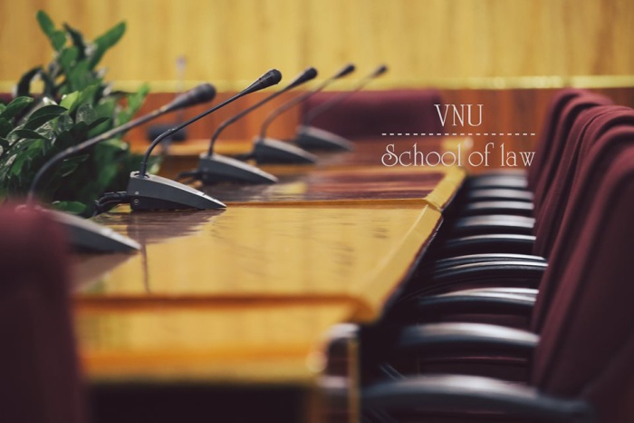 Cơ sở vật chất ở Khoa Luật khá tốt so với hầu hết các cơ sở đào tạo luật khác ở Hà Nội. Ngoại trừ việc chưa có thang máy (với mình không phải vấn đề quá lớn), việc có điều hoà 24/24, phòng học thông minh và bàn ghế khá xịn luôn làm mình cảm thấy muốn lên lớp học mỗi ngày thay vì ở nhà.