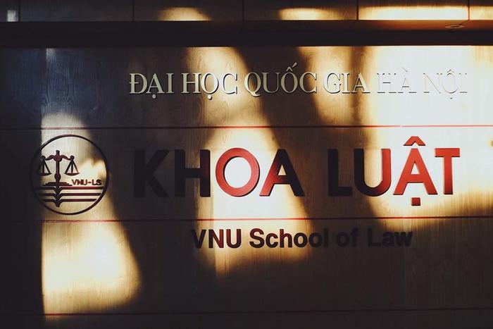 Chào mừng đến với Khoa Luật! Nơi tớ đã học trong 4 năm. Bước vào Khoa luôn là một cảm giác thật tuyệt! Ấm áp, thân thương đến kỳ lạ. Bảng chữ này đã gắn bó với không ít thế hệ Solers bao năm qua… Giờ không còn nữa rồi.