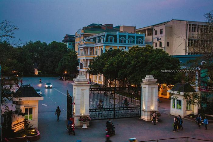 Đại học quốc gia nhìn từ cầu đi bộ này. Chẳng hiểu tại sao cánh cổng của VNU luôn tạo cho mình cảm thấy rất yên tâm mỗi khi đi qua đây để đi học, kiểu cảm giác được yêu thương ý.