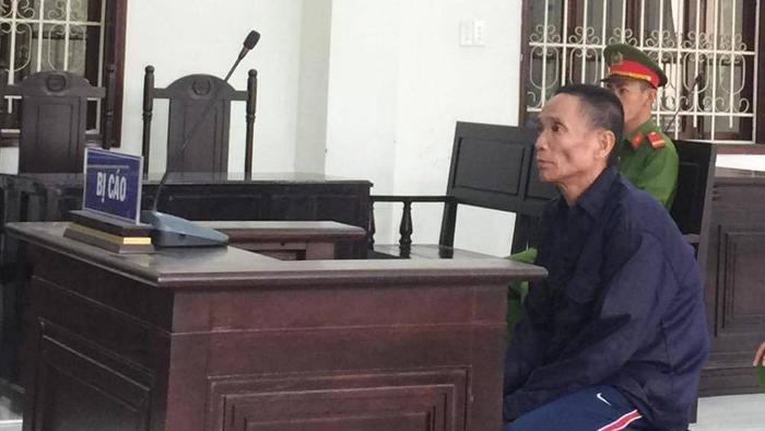 Bị cáo Nguyễn Văn Tiếp – kẻ dùng búa đánh chủ nhà tử vong vì không mua thêm rượu. (Ảnh: Giao Thông).