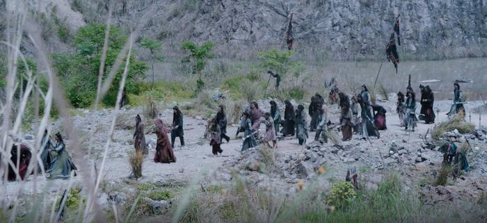 Những người Ôn gia còn sống bị đối xử một cách tàn bạo, bị áp giải như tù nhân