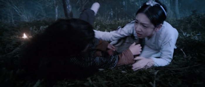 Sư tỷ chẳng có bao nhiêu sức lực nhưng vẫn dang tay ra đỡ em vì sợ em ngã