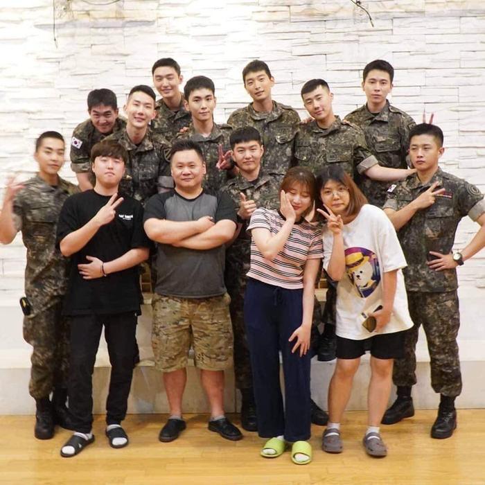 Boy band quân ngũ chụp hình với đội ngũ nhân viên.