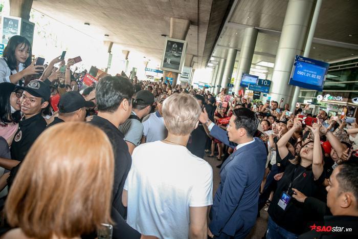 Các fan vây kín Jae Joong ngay từ khi anh xuất hiện.