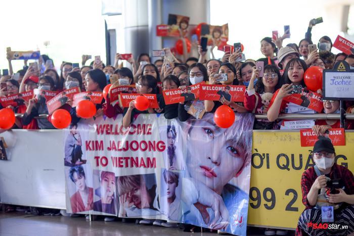 Rất đông các fan đến chờ từ sớm và chuẩn bị băng rôn, bong bóng để chào đón Jae Joong đến Việt Nam.
