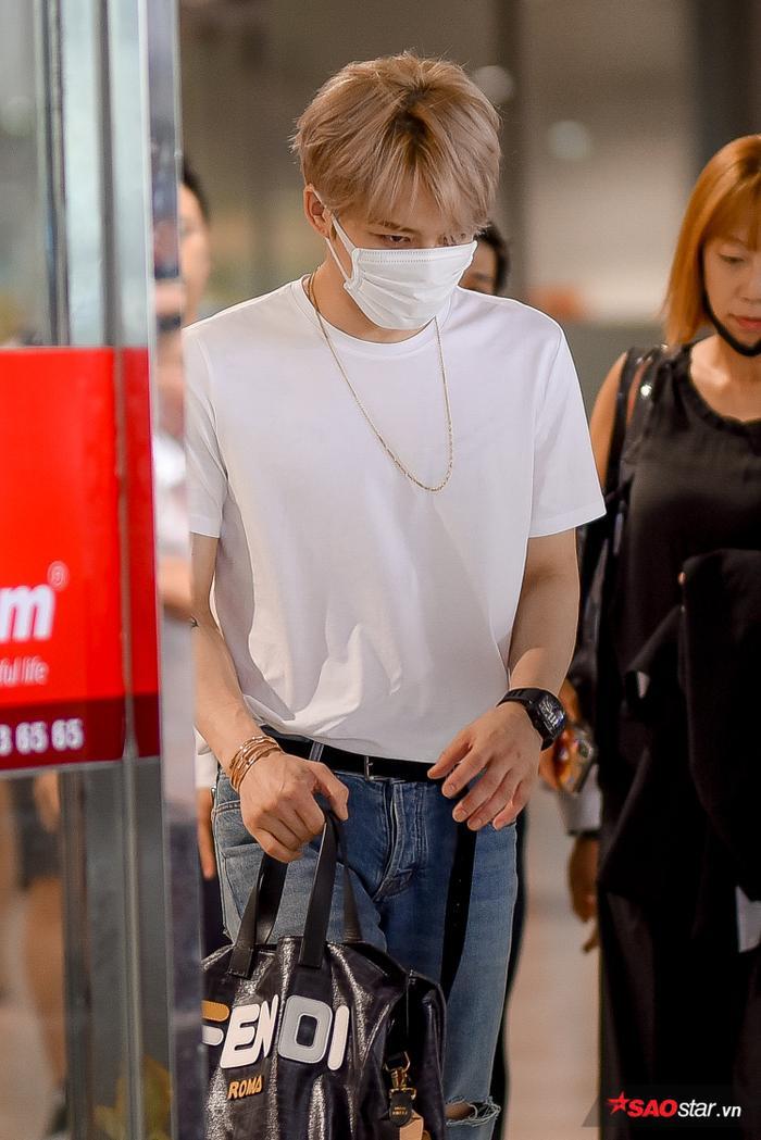 Chỉ với quần jean và áo phông trắng nhưng Jae Joong vẫn đốn tim người hâm mộ.
