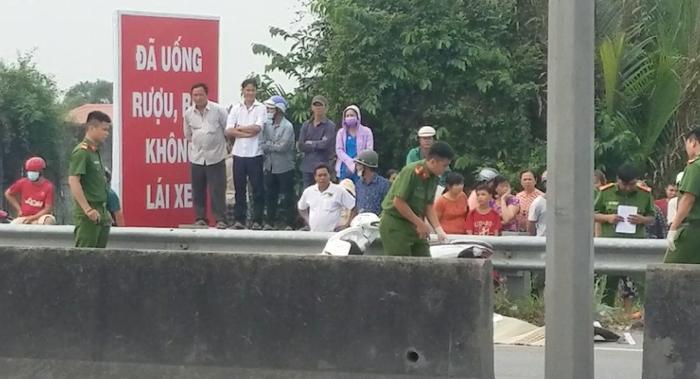 Hiên trường vụ nam thanh niên chặn xe đâm tử vong bạn gái tử vong. (Ảnh: Nhịp Sống Việt).
