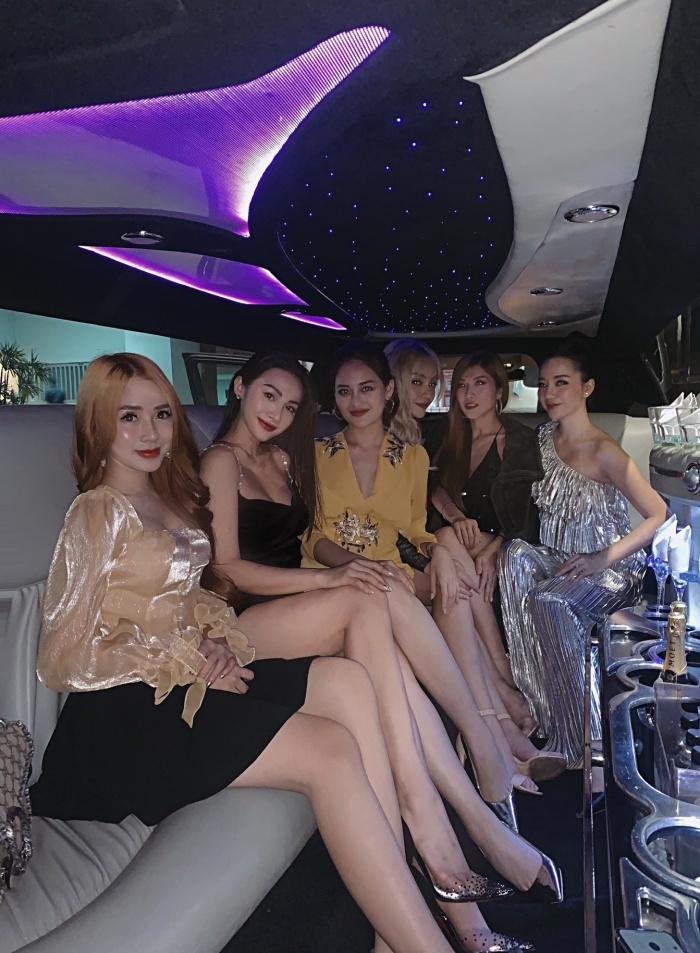 Yaya Trương Nhi cùng hội bạn thân khoe chân dài miên man trên siêu xe limousine.