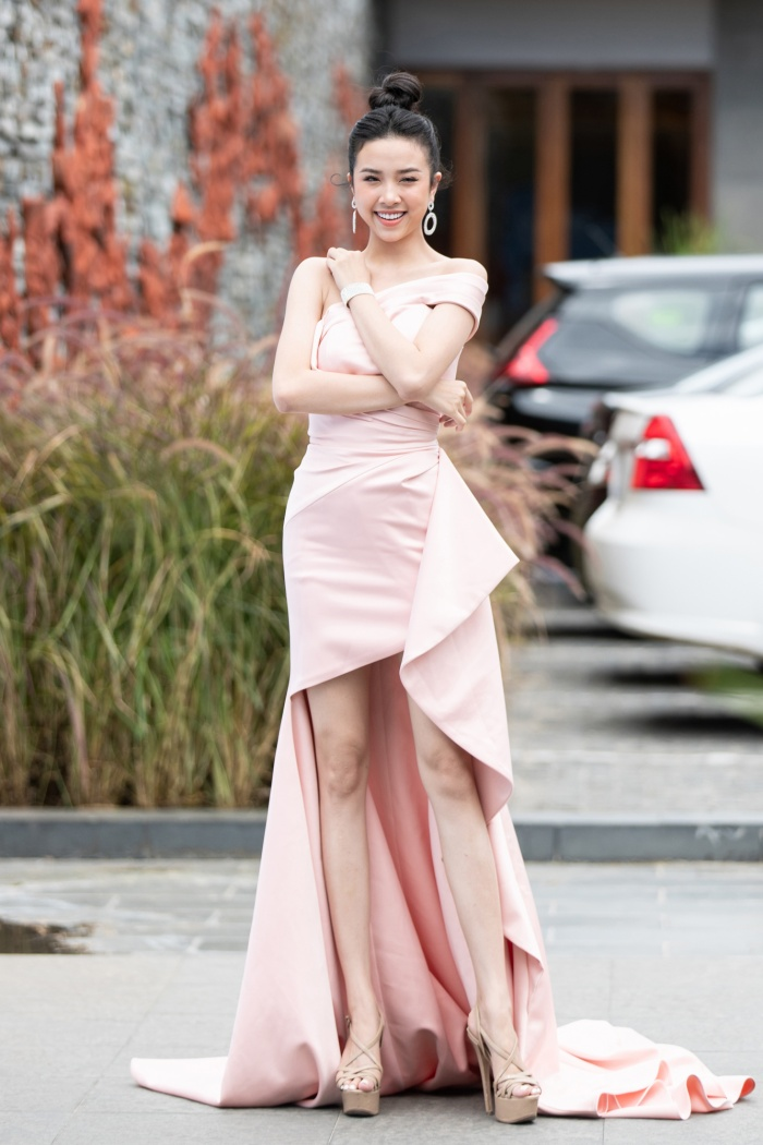 Á hậu Thúy An chọn cho mình bộ váy với gam pastel nhã nhặn, tươi tắn.