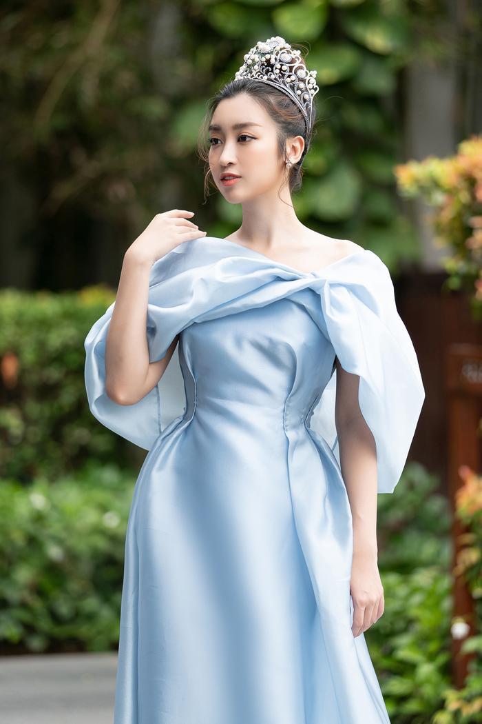 Đỗ Mỹ Linh cũng thu hút ánh nhìn khi chọn cho mình chiếc váy xanh gợi cảm, cuốn hút.