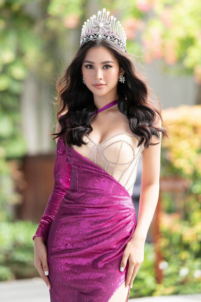 Đặc biệt, phần thân áo được pha phối vải voan lưới tông màu da, càng khiến Tiểu Vy thêm phần gợi cảm mà không chút phô phang.