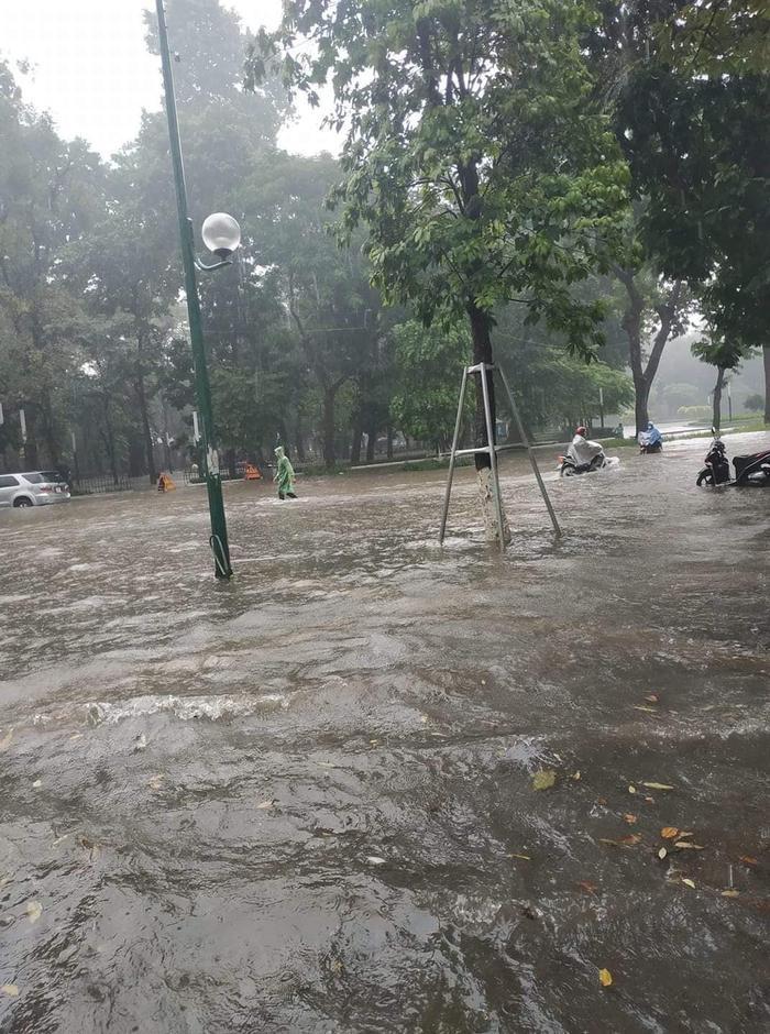 Đầu giờ chiều 25/7, khu vực nội thành Hà Nội đã có mưa to đến rất to. Lượng mưa đo được trong 1 giờ vừa qua ở một số nơi như: Đống Đa 70mm, Tây Hồ 60mm, Ba Đình 51mm… Ảnh:OTO+