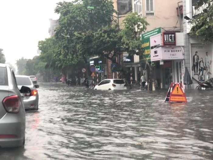 Cơn mưa lớn gây ngập úng cho nhiều tuyến phố nội thành từ 0,3 đến 0,5 m.Ảnh:OTO+