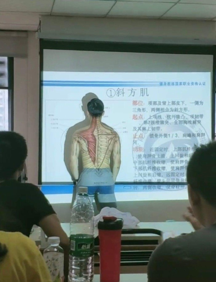 Thầy giáo cởi áo tại lớp học để dễ dàng minh họa cho học sinh khi dạy môn sinh học.