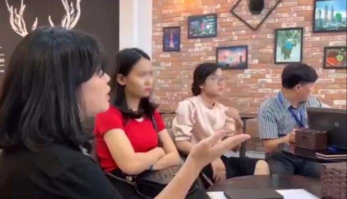 Hình ảnh buổi làm việc giữa đại diện The Alley Trung Hoà với khách hàng.