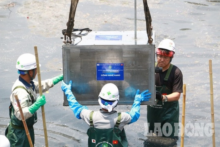 Chuyên gia Nhật Bản đặt thiết bị thí điểm làm sạch trên sông Tô Lịch. Ảnh: Hà Phương.