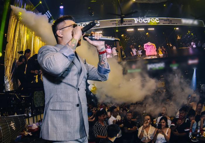 Tuấn Hưng lái siêu xe tiền tỷ chạy show, sung hết cỡ trong đêm nhạc tại TP.HCM ảnh 5