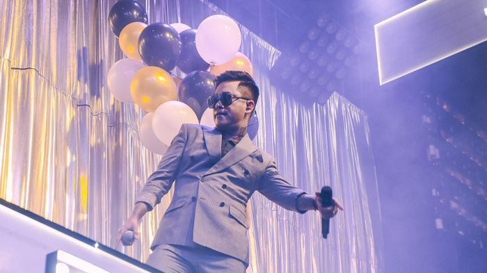 Nam ca sĩ sau đó mang một loạt bản hit của mình lên sân khấu sự kiện.