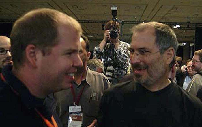 Andy Grignon đứng bên cạnh cố CEO kiêm đồng sáng lập Apple – Steve Jobs. (Ảnh: Telegram)