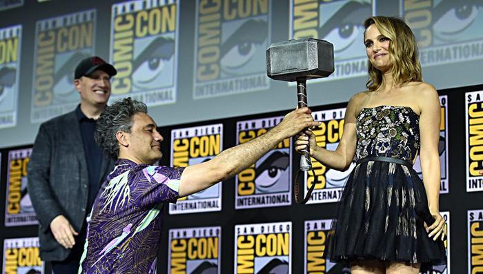 Kevin Feige (bên trái), Taika Waititi (chính giữa) và Natalie Portman (bên phải) tại sự kiện SDCC