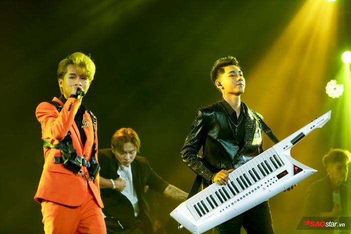 Jack và K-ICM mang đến sân khấu V Heartbeat bản hit Sóng gió.
