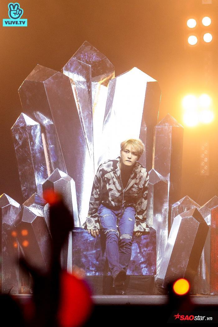 Kim Jae Joong có màn xuất hiện hoàn tráng trên chiếc ghế mô phỏng lại tinh thể pha lê.